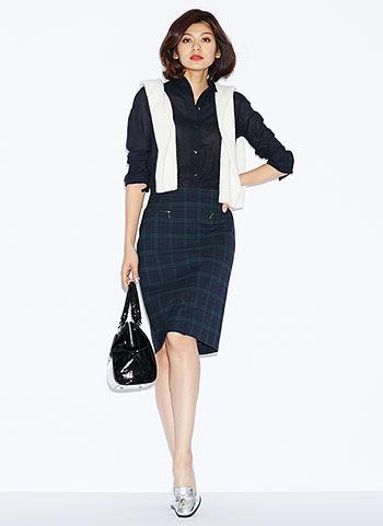 黒シャツ+ブラックウォッチ柄スカートの秋コーデ