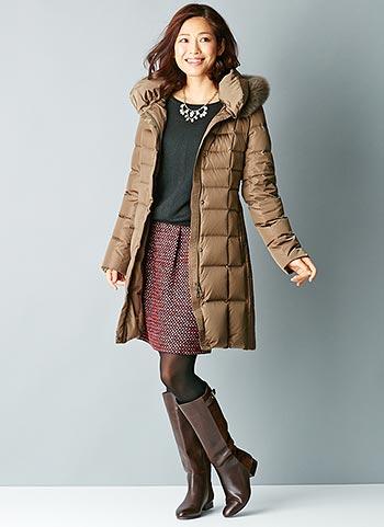 ブラウンダウンコート+ボルドー色コクーンスカートのコーデ