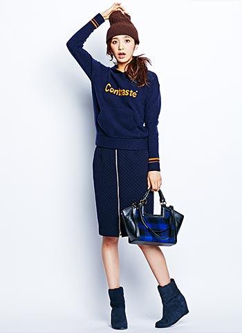 紺ロゴスウエット+紺キルティングスカートのスポーティコーデ