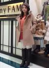 ベージュコート+ピンクニットと白パンツの大人可愛いコーデ