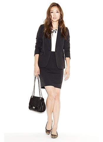 黒テーラードジャケット+黒スカートのオフィスカジュアルコーデ