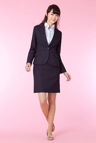 紺ストライプスーツ+サックスシャツのビジネスコーデ