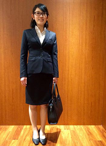 黒スーツ+白シャツの就職活動コーディネート
