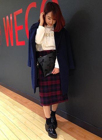 紺チェスターコート+チェックスカート(ミモレ丈)のコーデ