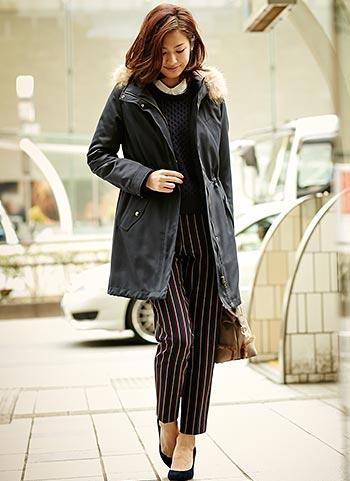 紺モッズコート+ストライプパンツのコーデ【30代】