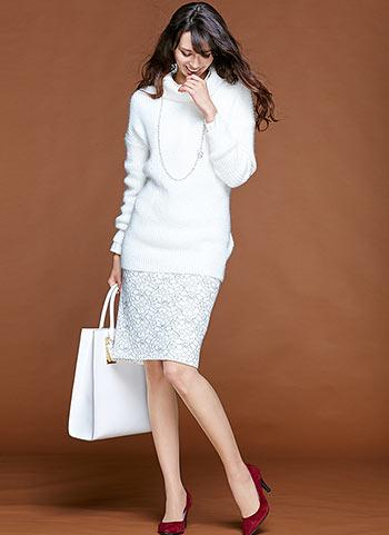 白の長丈タートルネック+白レーススカートの美人コーデ