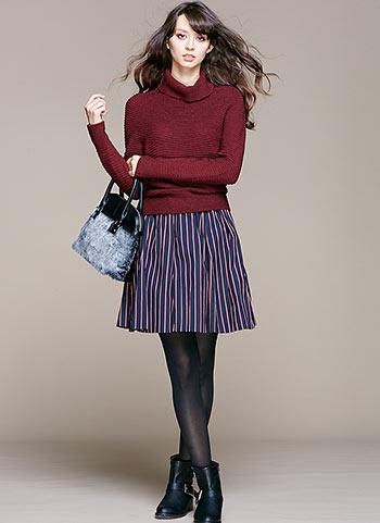 ボルドーセーター+ストライプ柄ギャザースカートのコーデ