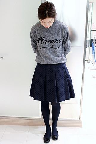 グレーロゴニット+紺スカートの大人カジュアルコーデ