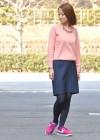 ピンクカットソーとスカート+スニーカーのコーデ