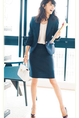 ネイビースーツ+小ぶりな白バッグのビジネスコーデ