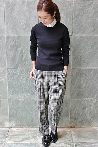 紺セーター+グレーチェックパンツのコーデ