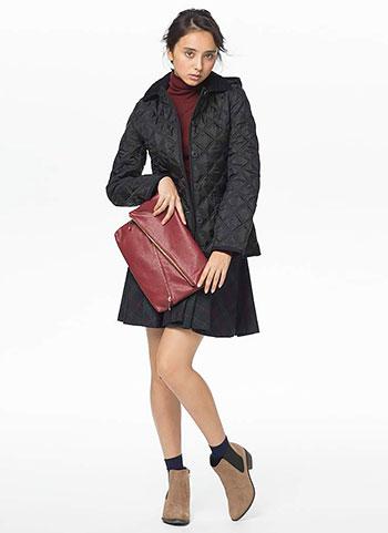 黒キルティングコート+タートルネック+チェック柄スカートのガーリーコーデ