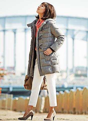 ツィードダッフルダウンコート+白パンツのきれいめ冬コーデ