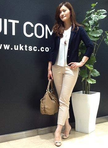 紺ジャケット+ベージュパンツのオフィスカジュアルコーデ