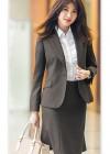 ブラウンスーツ+白ギャザーブラウスのビジネスコーデ