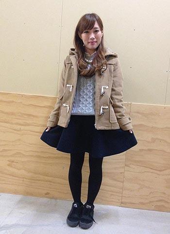 ショートダッフルコート+紺サーキュラースカートのカジュアル可愛いコーデ