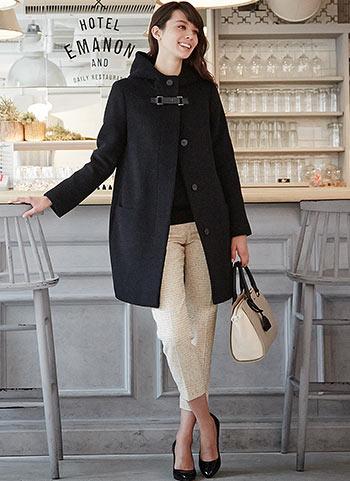 黒フーデッドコート+ベージュ色ツイードパンツのコーデ【30代】