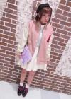 ピンクスタジャン+白サーキュラースカートのフェミニンカジュアルコーデ