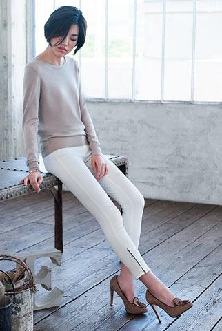 ベージュカットソー+白パンツのシンプル上品コーデ
