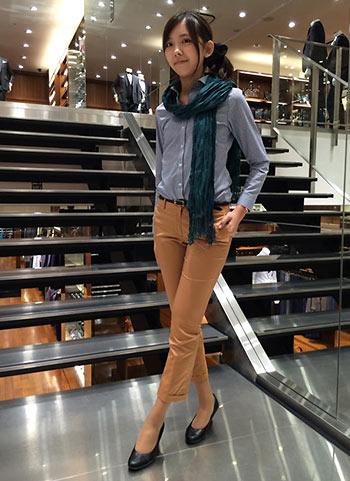 紺ギンガムチェックシャツ+キャメルパンツのオフィスカジュアルコーデ