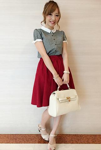 グレー半袖シャツ+赤フレアスカートの清楚可愛いコーデ