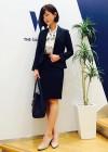 紺スーツ+リボン白ブラウスの女性らしいスーツコーデ