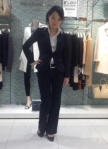 黒パンツスーツ+白シャツのリクルートスーツコーデ