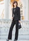 黒パンツスーツのブラックフォーマルコーディネート