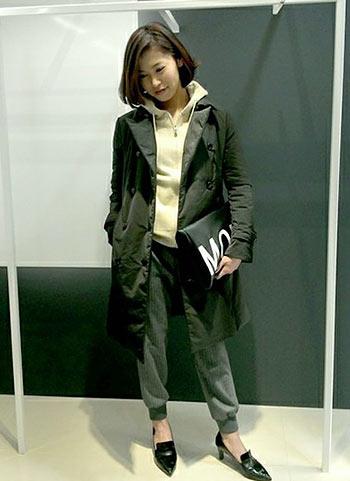 黒コート+白パーカーのきれいめカジュアルコーデ