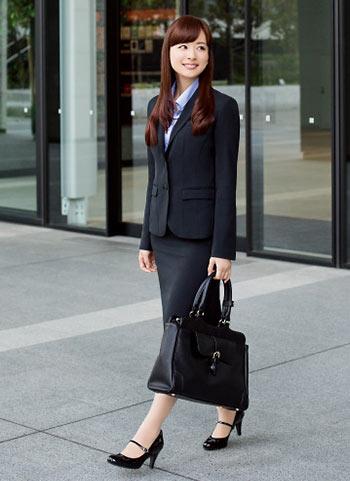 ブラックスーツ+ブルーシャツのビジネスコーデ