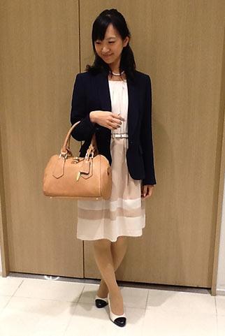 紺ジャケットと白×ベージュワンピースの入学式コーディネート
