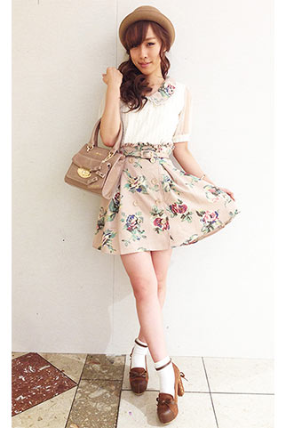白ブラウス+ベージュ花柄スカートのレトロガーリーコーデ