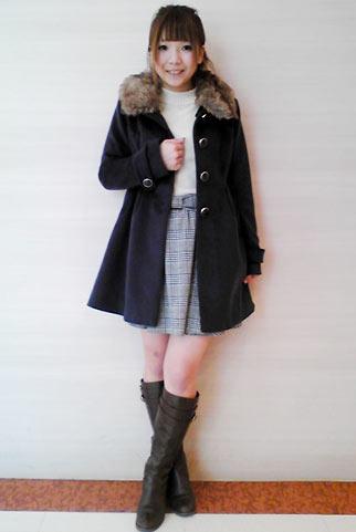 黒コート+グレンチェック柄フレアスカートの大人可愛いコーデ