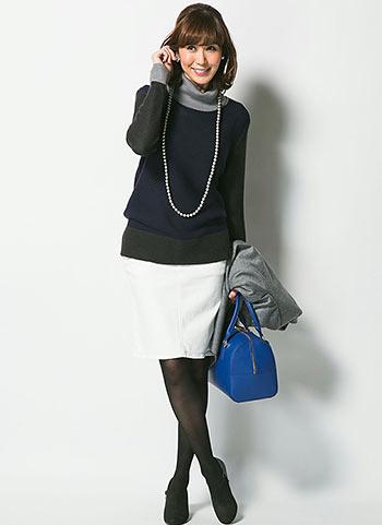 ブロッキングタートルネック+白スカートのコーデ【40代女性】