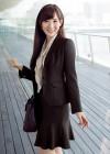 大人可愛いスーツで作るフェミニンなビジネスコーデ