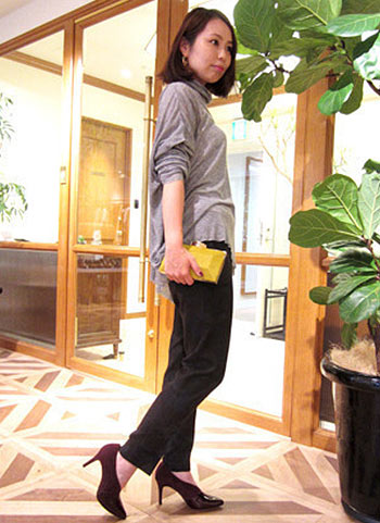 グレーカットソー+黒パンツの大人モノトーンコーデ【30代】