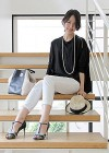 【夏の通勤コーデにも◎】黒プルオーバー+白パンツの着こなし