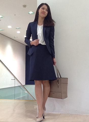 【キャリア女性に】紺スーツ×春の通勤スタイル