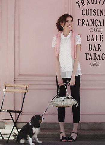 白ブラウスと黒カプリパンツ+ピンクカーデの大人可愛いコーデ