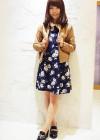 ベージュレザージャケット+ネイビー花柄ワンピのコーデ