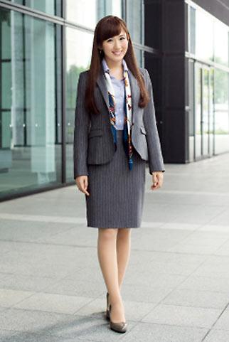 グレースーツ+柄スカーフでエレガントなビジネスコーデ