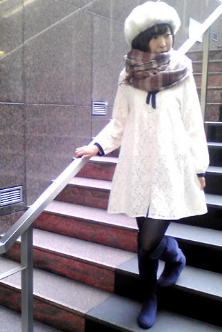 白レースワンピ+フワフワ帽子のフェミニンコーデ【冬デートに】