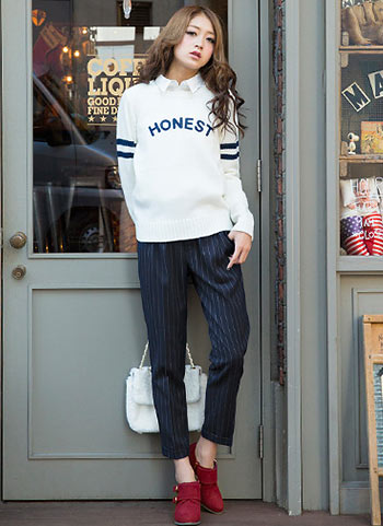 白ロゴニット+紺ストライプパンツのマニッシュコーデ【10代】