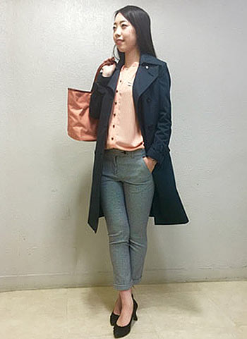 紺トレンチコート+グレーパンツの通勤スタイル【春】