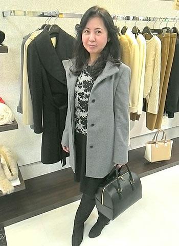 グレーコート+黒スカートのモノトーンコーディネート【40代】