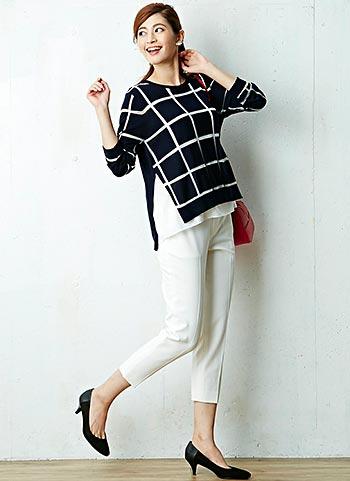 紺ウィンドウペンニット+白くるぶし丈パンツのコーデ【30代女性】