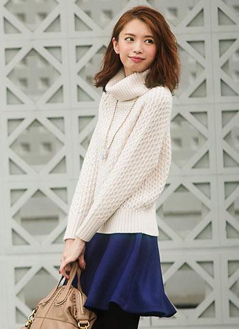 白タートルネックプルオーバー+紺フレアスカートのフェミニンコーデ