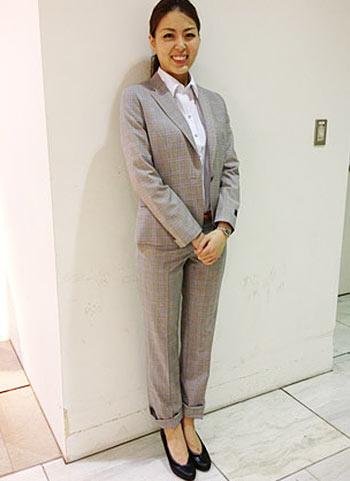 グレーチェック柄パンツスーツ+黒パンプスの春ビジネスコーデ
