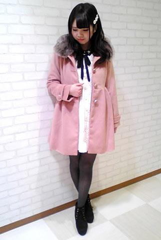 ピンクコート+白レースワンピースのフェミニンコーデ【10代】