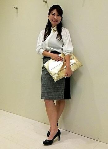 白シャツ+グレースカートのビジネスカジュアルコーデ【30代】